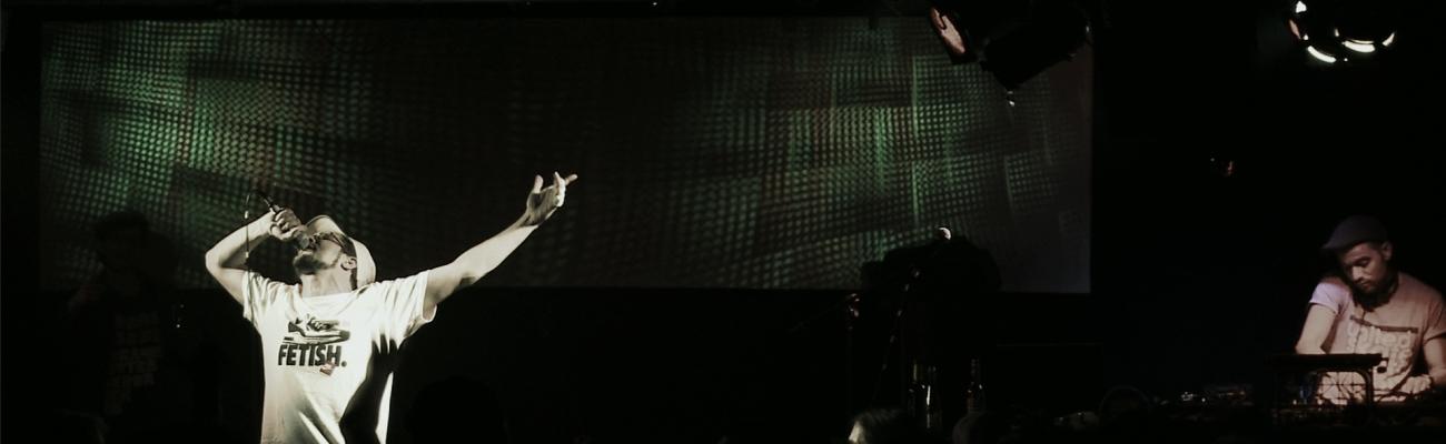 Sänger und DJ auf Bühne (Foto)